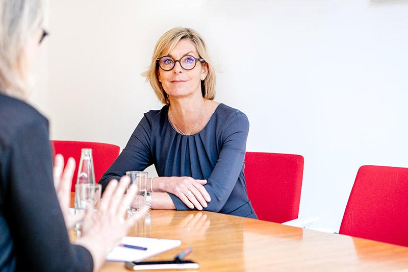 Steuerberaterin Sabine Oettinger, Starnberg, im Gespräch mit Klienten