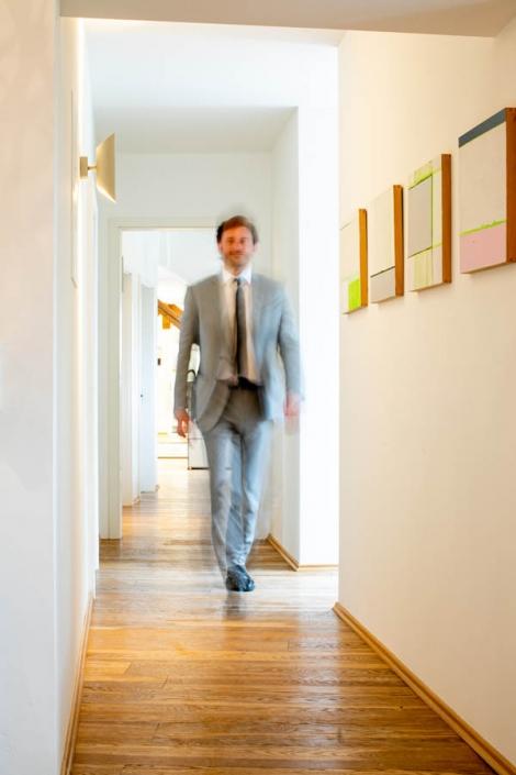 Steuerberatung und Wirtschaftspruefung Dietloff und Oettinger, Starnberg –Mitarbeiter geht Flur entlang